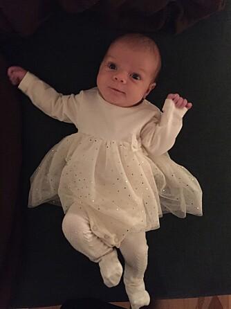To måneder gammel er go'jenta mer våken, og vil ha kontakt med omverdenen.