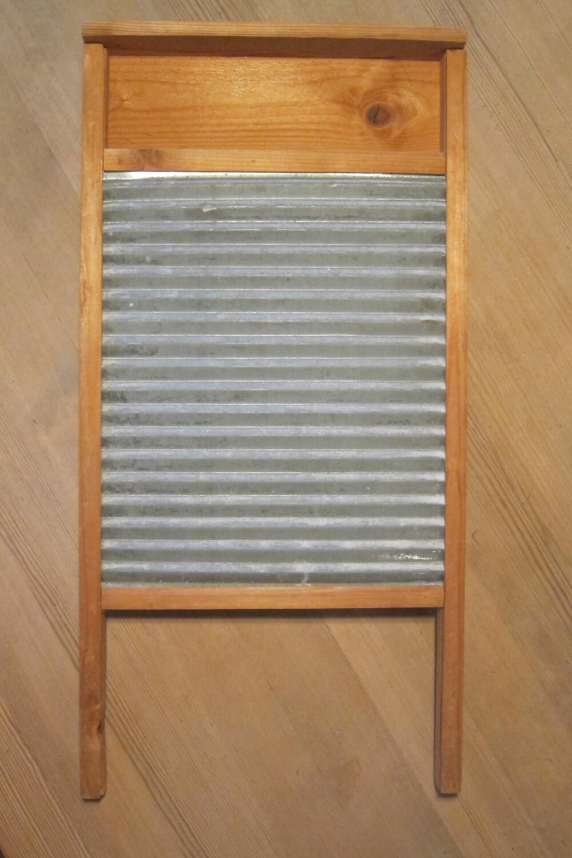 VASKEBRETT: Før vaskemaskinens inntog, var denne gjenstanden mye brukt. Har du eksempler på andre gjenstander som har forsvunnet?