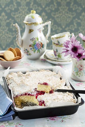 14 FRISTELSER: Få flere deilige oppskrifter på langpannekaker i Hjemmet uke 4, som denne smakfulle kaken med kokos og bringebær.