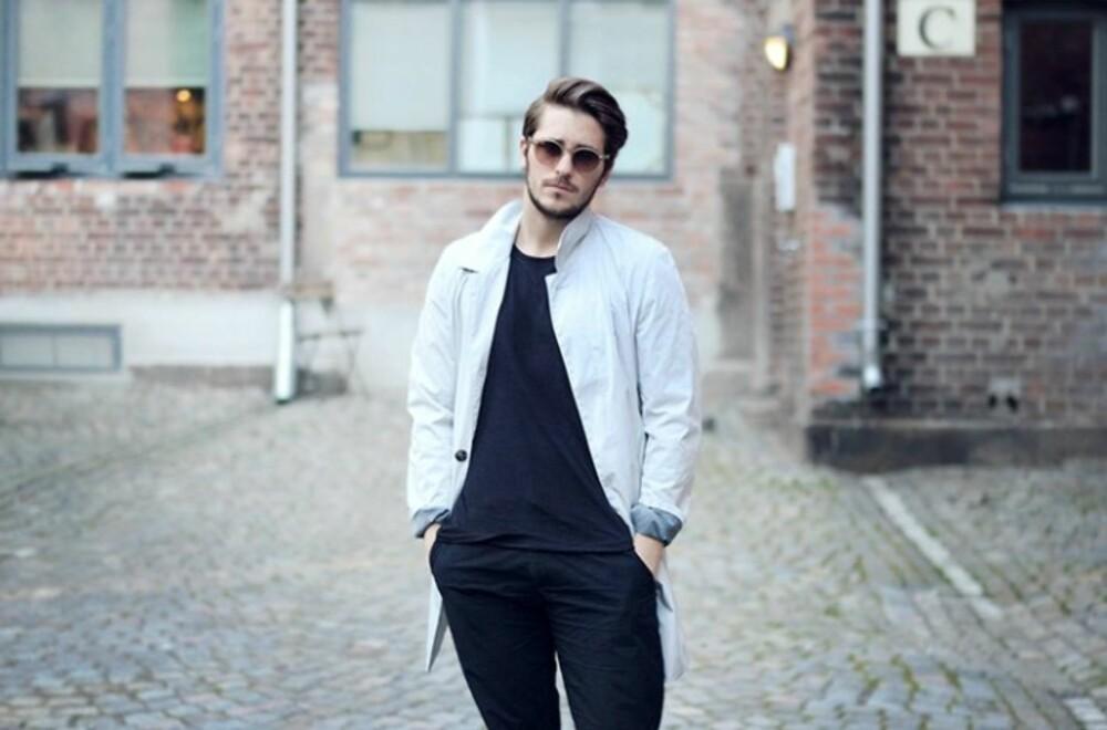 PÅ JOBB: - Jeg kler meg etter min personlighet, og liker godt å kle meg komfortabelt og litt sporty på jobb, forteller herremoteblogger Kjetil Lundstein.