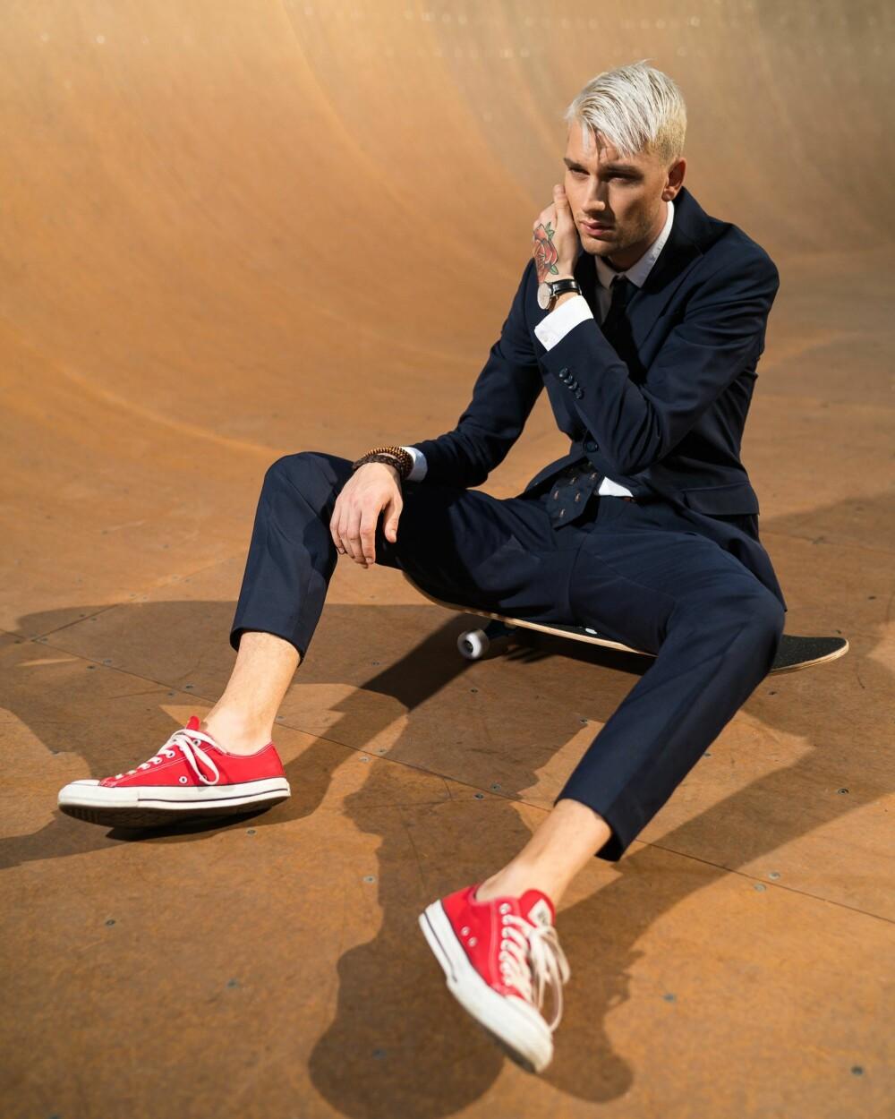FESTKLAR: Et par skreddersydde bukser, en flott skjorte kombinert med et par fine sko passer ypperlig for fest. Her er herremoteblogger Stephen Grindhaug avbildet.