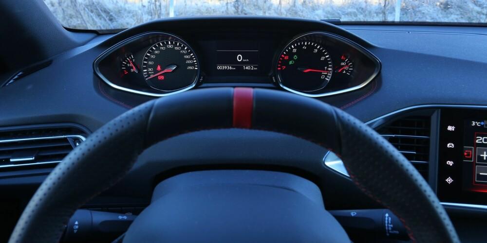 KONSENTRERT: Det lille rattet og plasseringen av instrumentene gjør at du kan konsentrere deg om det viktigste - nemlig kjøringen.
