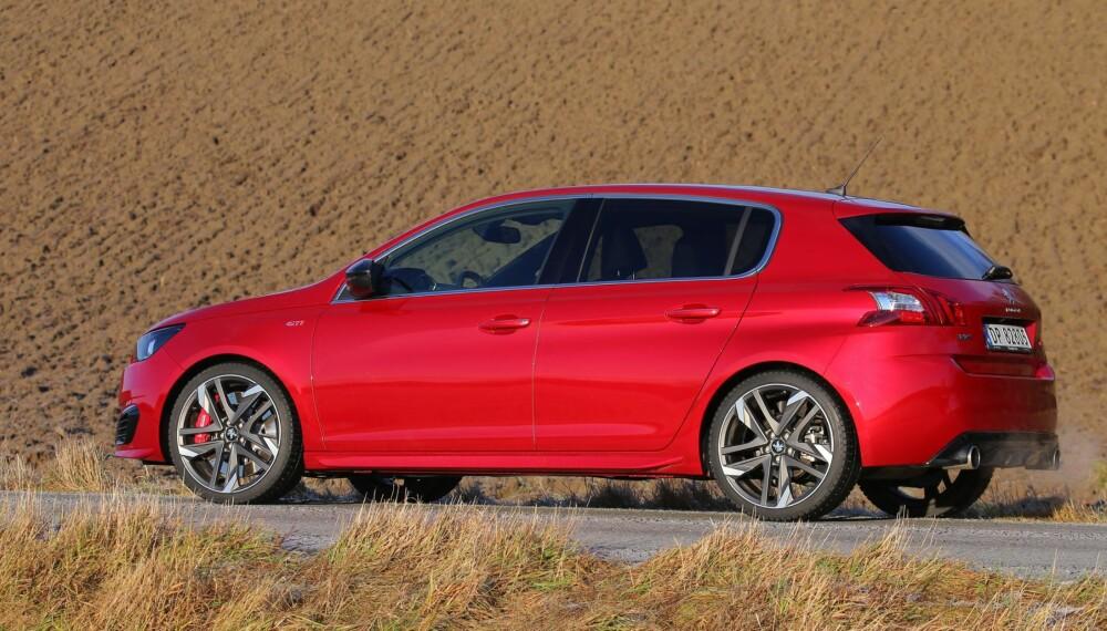 """SYNES GODT: I den knallrøde fargen """"Ultimate Red"""" er ikke 308 GTI lett å overse. 19-tommers felger og diverse GTI-pynt bidrar til et sportsligere utseende."""