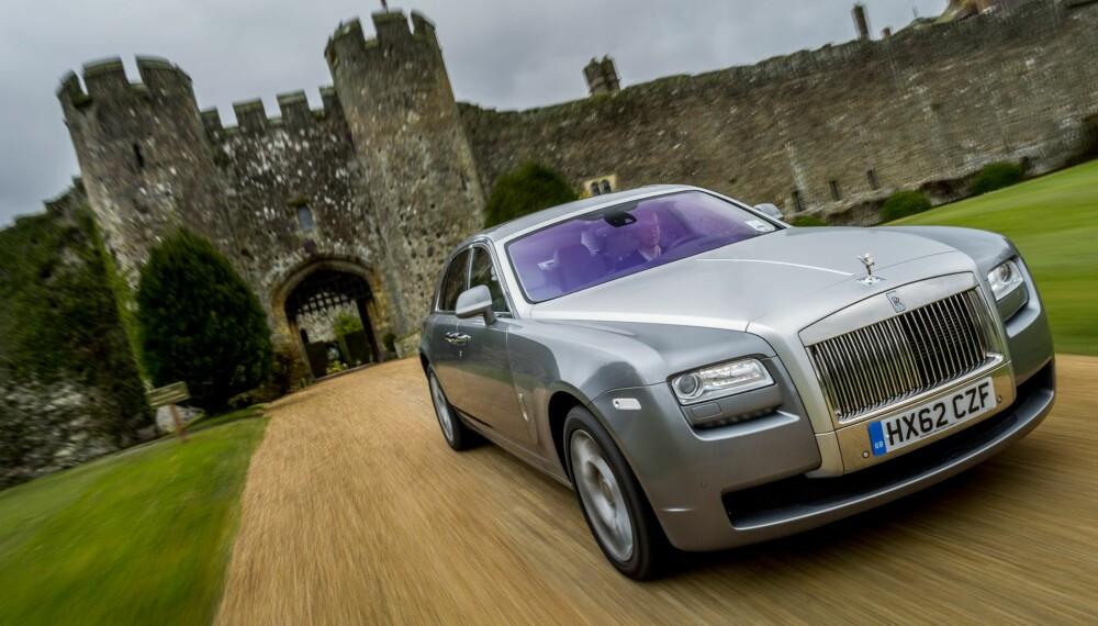 RIKTIG SETTING: Rolls-Royce Ghost passet perfekt foran Amberley Castle. Foto: Si Gray