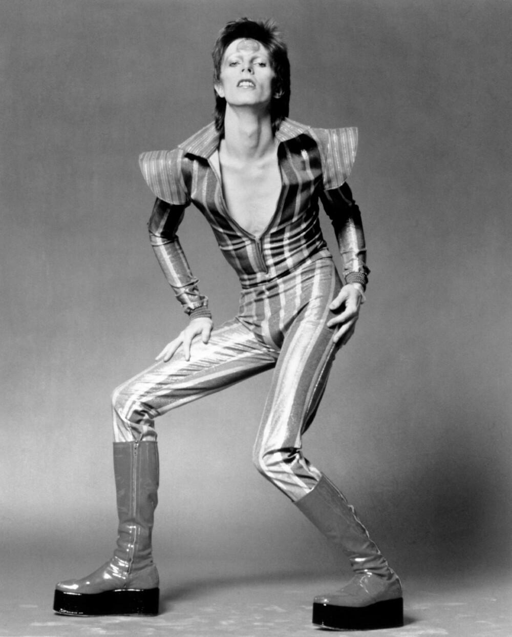 MOTETIPS # 2: David Bowie kjørte en androgyn stil under Ziggy Stardust-perioden på 70-tallet, i åletrange jumpsuits med ekstra detaljer på skuldrene, høye platåboots og metallisk sminke.