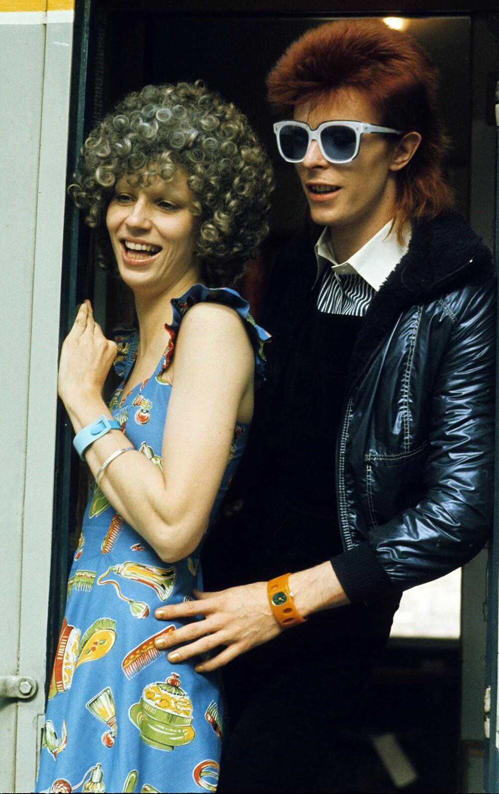 MOTETIPS #3: Uansett dagsform - en sort skinnjakke og et par smarte solbriller funker bestandig. Her med kona Angie i London i 1974.