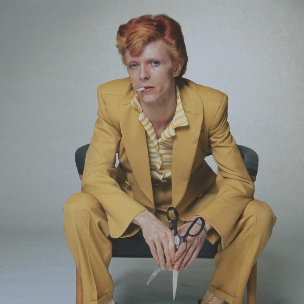 MOTETIPS # 5: David Bowie i et av sine ikoniske antrekk - i 1974. Bare å ta av seg hatten!