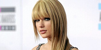 KUL MED LUGG: Taylor Swift får en kulere look med slettet hår og rocka lugg.