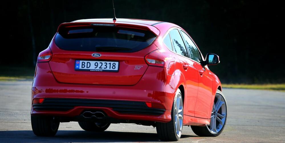 RÅ RÅTASS: Ford Focus ST går som en kule, har fantastiske kjøreegenskaper og er like praktisk som en helt vanlig Focus. Sekseren er vel fortjent.