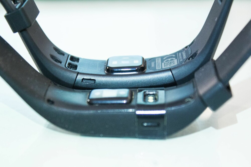 PROPRIETÆRE: Både Garmin Vivosmart HR og Fitbit Charge HR har sin egen proprietære kontakt. Vi ønsker oss standard USB.