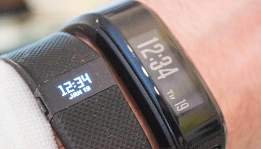 STOR: Garmin Vivosmart HR er litt større enn hovedkonkurrenten Fitbit Charge HR (til venstre).