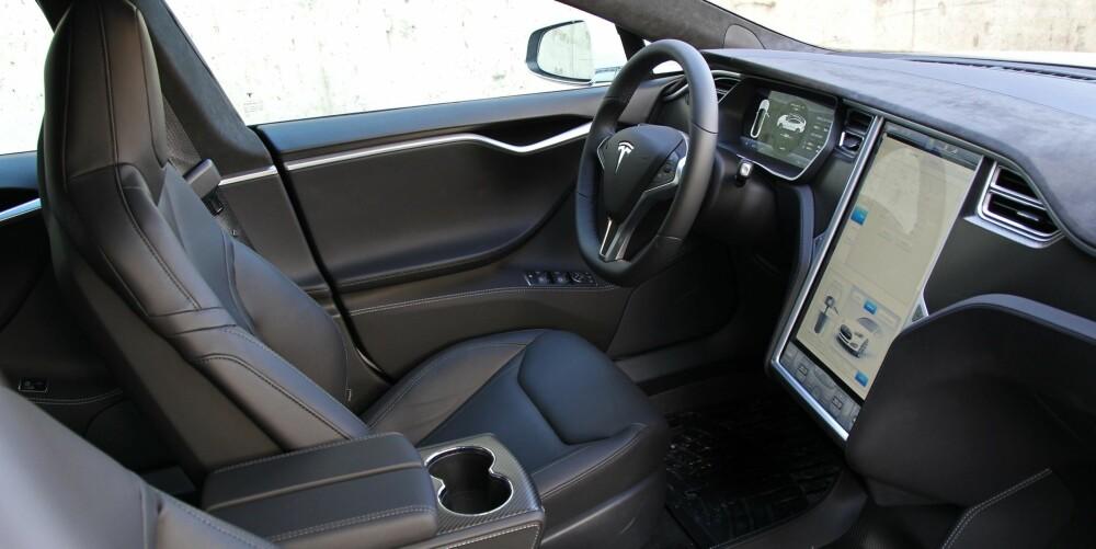 GODE SETER: Selv om testbilen har pent skinn og alcantara nærmest overalt, mangler den solide følelsen fra BMW 5-serie og Audi A6. De nye setene gir bedre støtte og øker langturkomforten.