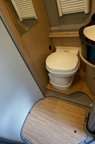 IKKE TRANGT: Toalettet vris utover når det skal brukes, og da er det godt med benplass.