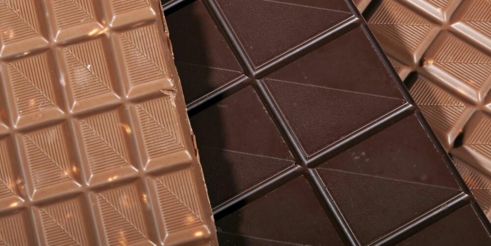FORSKJELL PÅ LYS OG MØRK: De lyse variantene med melk, smør, sukker, tilsetningsstoffer og litt kakao er ikke sunne. Du må gå for mørk sjokolade med 85 prosent kakaoinnhold.