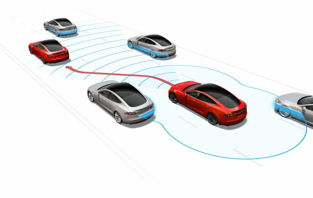 AUTOPILOT: Det siste året har Tesla utstyrt sine biler med en kombinasjon av kameraer, radar og ultralydsensorer. Det uttalte målet fra den amerikanske elbilprodusenten er at deres biler etterhvert skal bli selvkjørende.