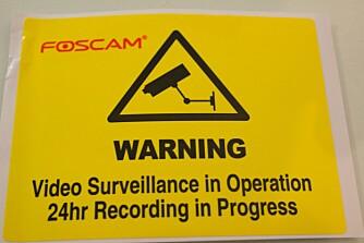 VARSLE: Du trenger ikke varsle om at du har et webkamera i huset, men dette klistremerket kan kanskje virke avskrekkende for noen.