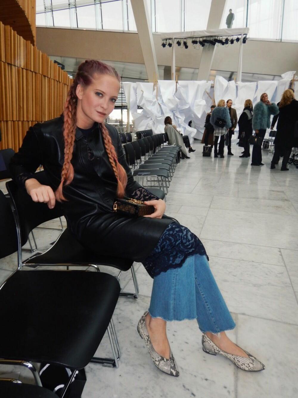 FINT Å VISE LITT HUD: Ifølge stylist, motejournalist og blogger Nathalie Helgerud, er det fint å vise litt hud når du går i avklipte jeans. Her på Oslo Runway.