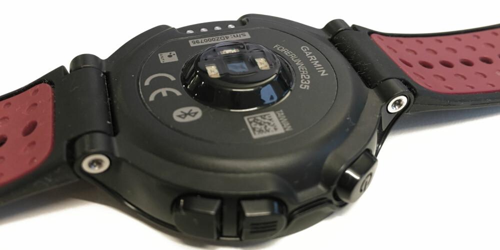 PULS: Sensoren på undersiden av urkassen leverer pulsdata som absolutt er godkjent, men klokken er nødt til å sitte stramt på håndleddet.