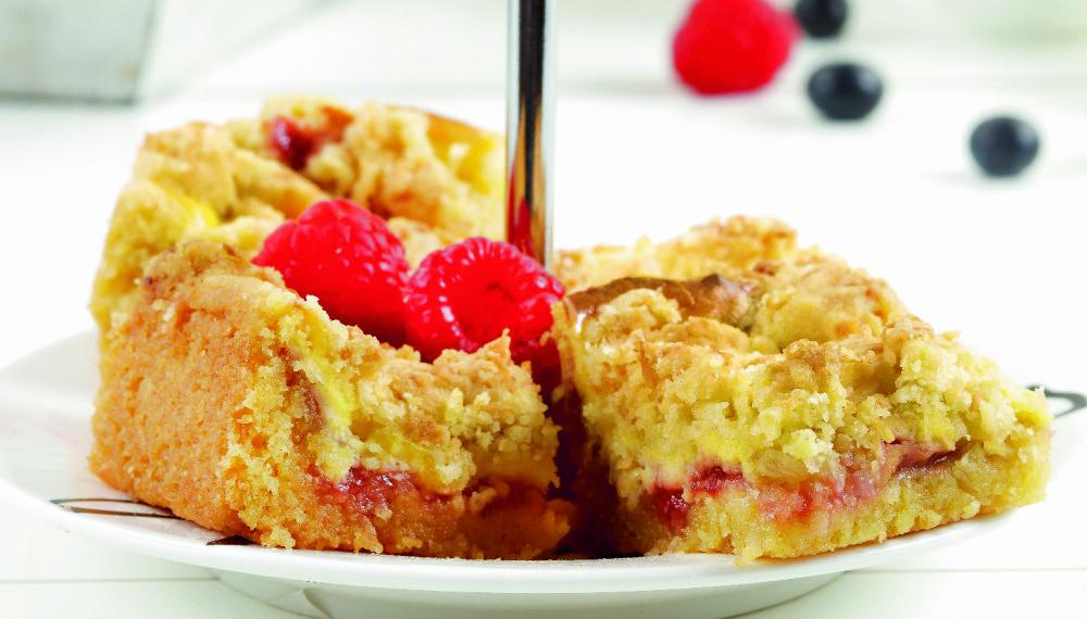 """FRISK: Det er kombinasjonen av ostekrem, bringebær og """"smuldrelokk"""" som gjør denne kaken så utrolig god."""
