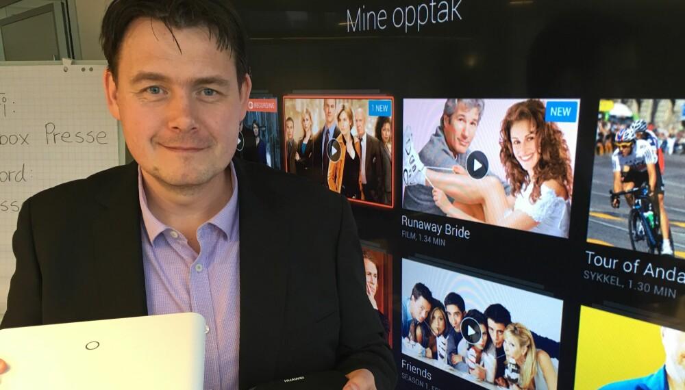 OPPGRADERER: Altibox oppgraderer kraftig i år og kommer med ny TV-boks, ny sentral, ny nettverksforlenger og app for Apple TV - i første omgang. Her viser produktdirektør Øyvind Lundbakk frem to av de nye produktene med det nye brukergrensesnittet i bakgrunnen.
