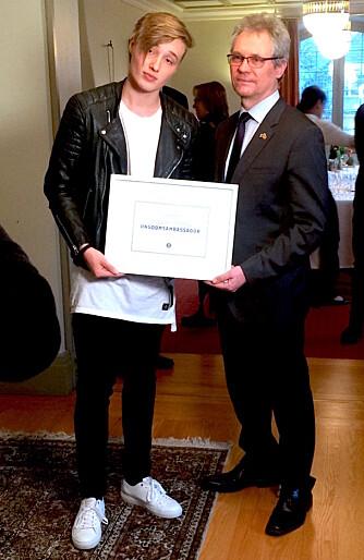 Isac Elliot sammen med den finske ambassadøren.