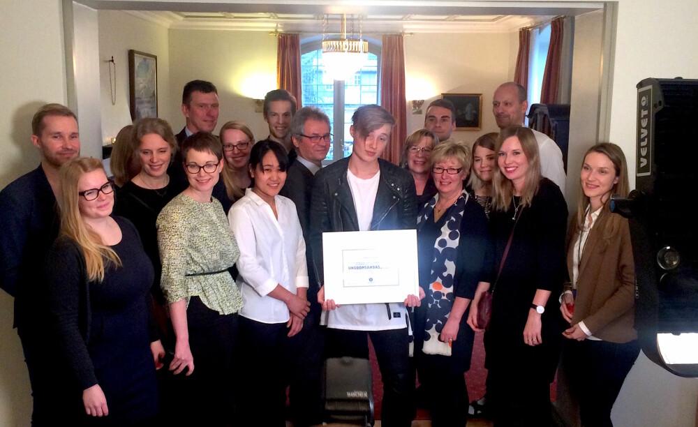 Isac Elliot sammen med hele den finske ambassaden.