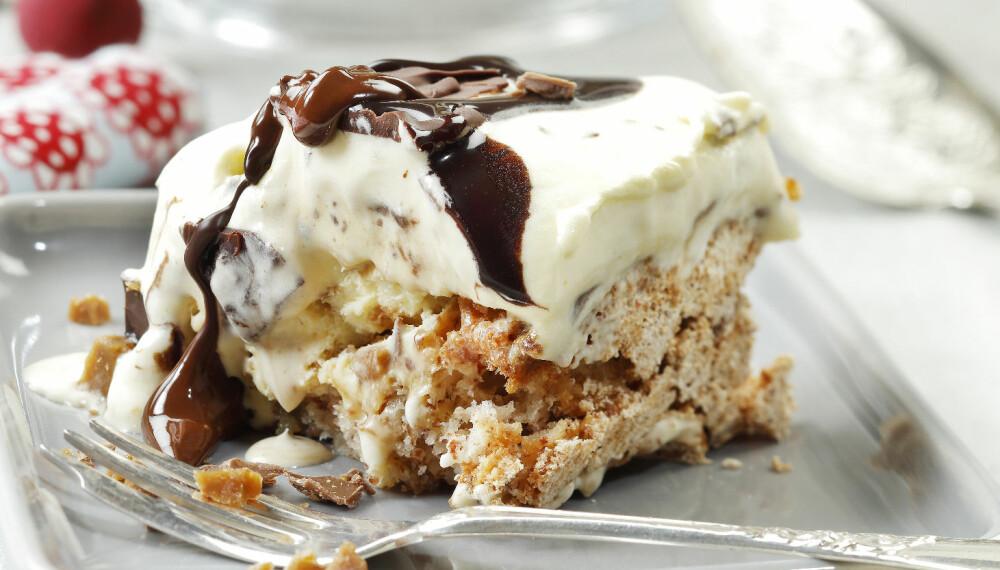 FESTKAKE: Dette er en knasende god iskake med sjokoladesaus.