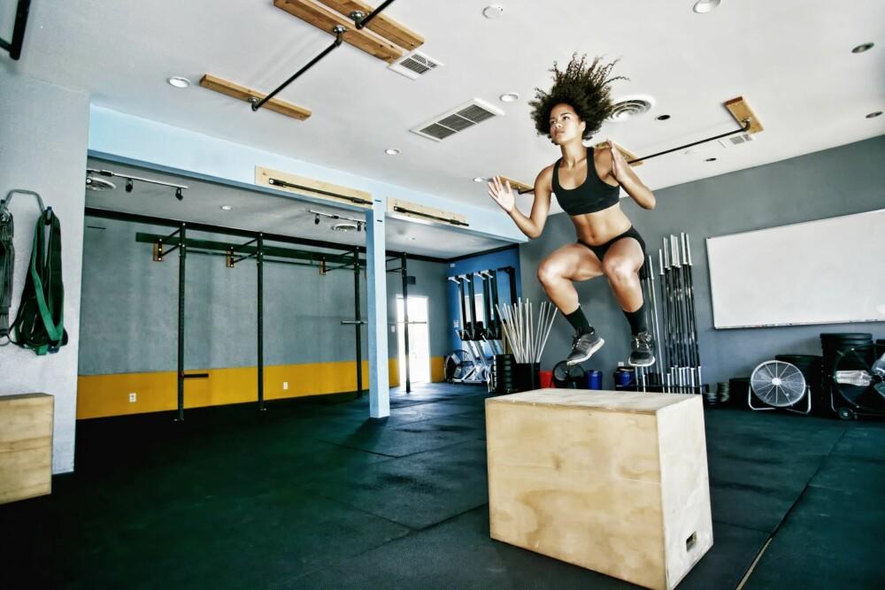 HOPP DEG SPREK: Finn deg en boks, og bøy knærne og ta sats så høyt du klarer.