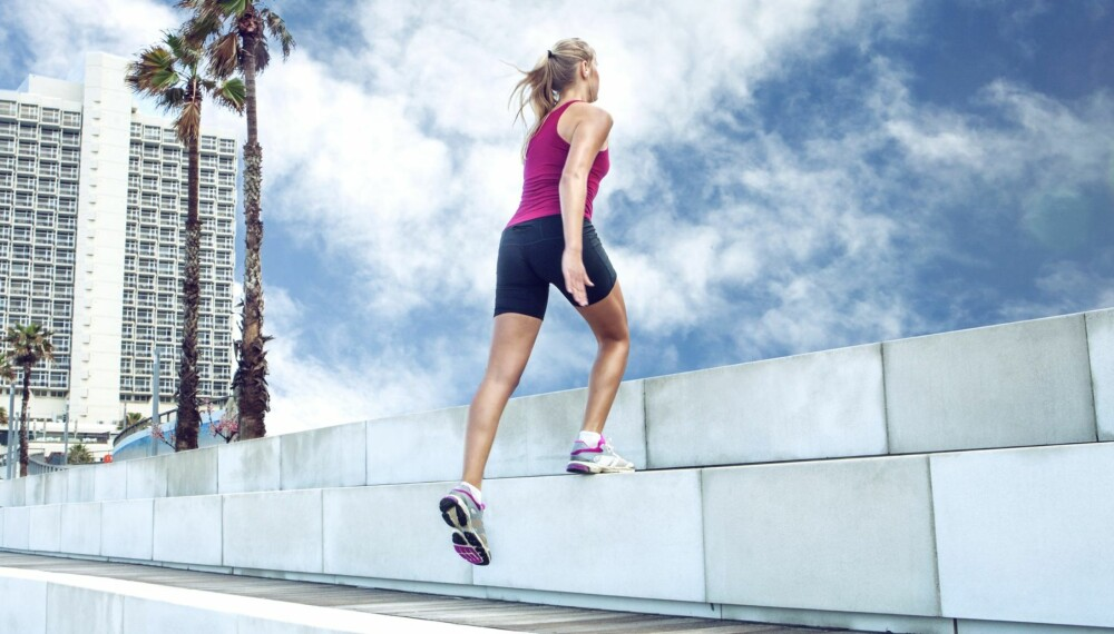 DU TRENGER BARE EN TRAPP: Start med ett og ett trinn med samlede bein, før du avanserer med å hoppe med ett og ett bein eller flere trinn om gangen.