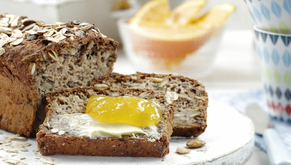 TIPS: Brødet kan være vanskelig å få gjennomstekt. Skjær eventuelt skiver av brødet og rist i brødrister før servering.