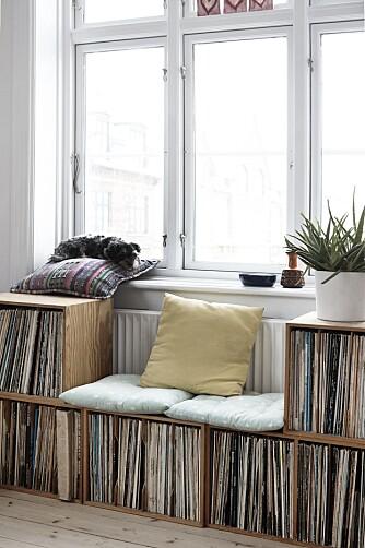 FROKOSTFAVORITT: – Jeg spiser alltid frokosten min sittende oppå LP-platene, hvor jeg har laget meg en liten sofa. Den liker jeg veldig godt, sier Hanne Tørseth (26) til Det Nye Interiør.