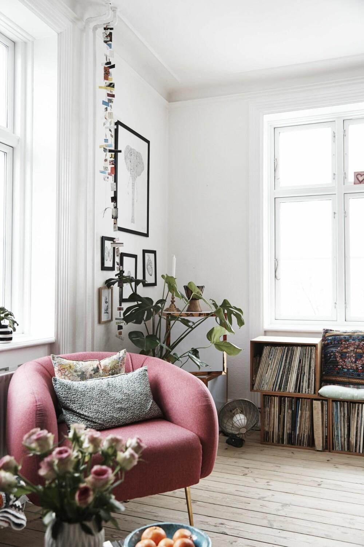 VINYLPLATENE BLE TIL SOFA: Eskene til LP-platene tilhører Anders, kjæresten til Hanne Tørseth (26). Her elsker de to å spise frokost i leiligheten i Nørrebro i Danmark.