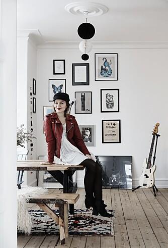 Her bor Hanne Tørseth (26), som er marketingassistent og student, sammen med kjæresten Anders og hunden Berta. Hva: 94 m² med glede, farger og heller en pynteting for mye enn en for lite. Hvor: Opprinnelig fra Bergen, men bor i København. Instagram: @hannetorseth