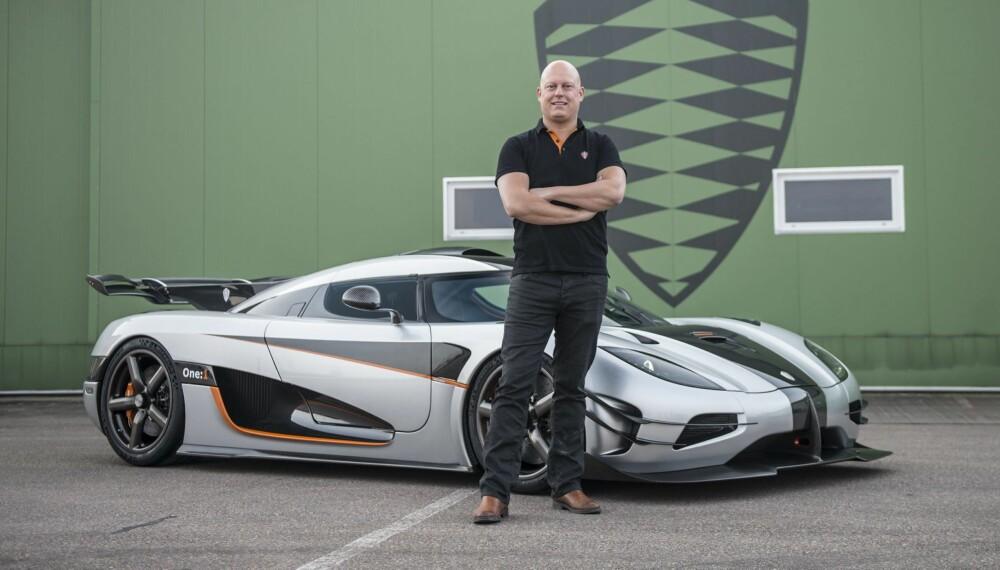 EGG-EIER: Christian von Koenigsegg lager superbiler som bærer hans navn. Bilen på bildet er en One:1 som skal greie 0-400 km/t på 20 sekunder. FOTO: Koenigsegg