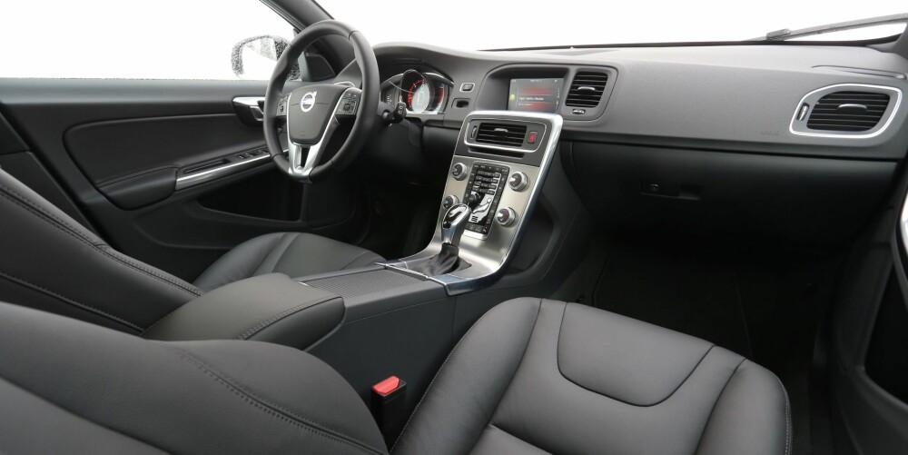 GOD TRADISJON: At V60 Cross Country ikke er Volvos nyeste bil, vises på dashbordet. Her er betjeningen omstendelig. Som vanlig leverer Volvo seter og sittestilling i toppklasse.
