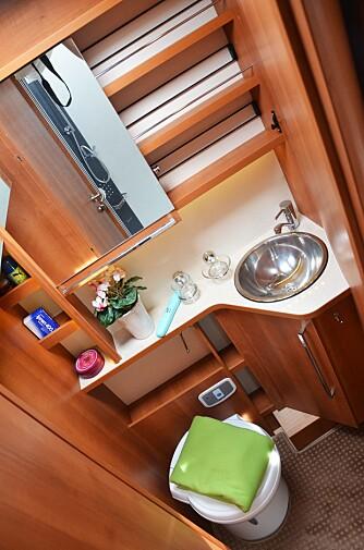 FUNKSJONELT: Ukomplisert baderom med super benplass og oppbevaringsplass.