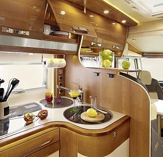 PRAKTISK: Legg merke til serveringsflaten og holderen for papir over den doble oppvaskkummen.