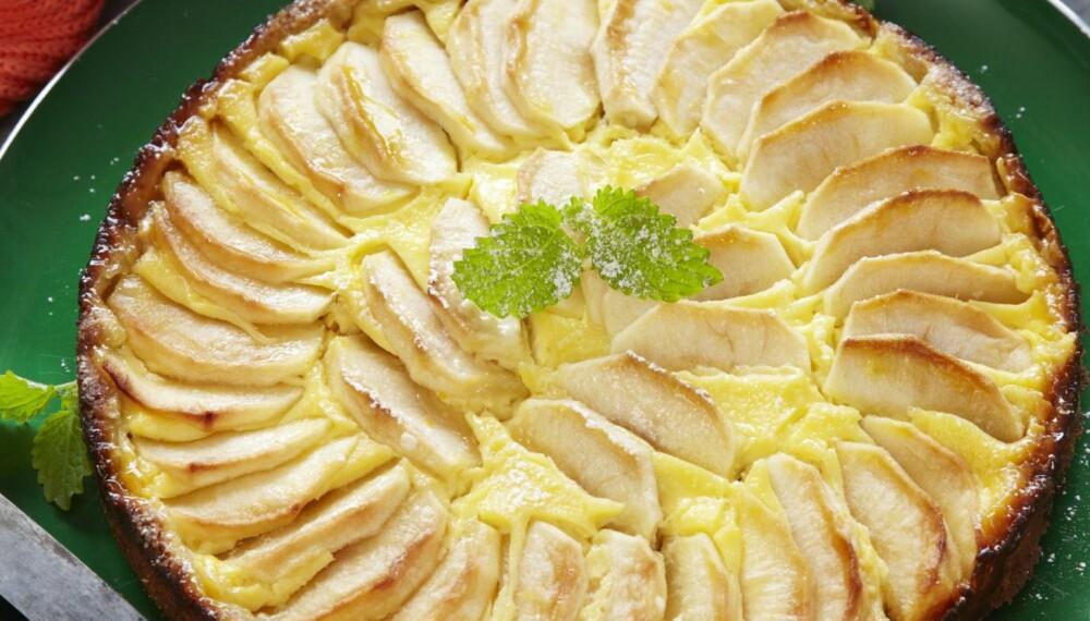 FRISTENDE EPLEKAKE: Prøv denne herlige kaken med syrlige epler, rosiner og romkrem til helgekosen. Kaken kan fint fryses.