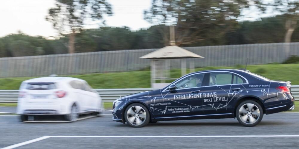 HJELPER SJÅFØREN: Nye E-klasse kan fås fullstappet av teknologi som hjelper sjåføren og gjør bilkjøring tryggere. Bilen kan for eksempel «se» og enten bremse eller styre unna for kryssende trafikk og fotgjengere