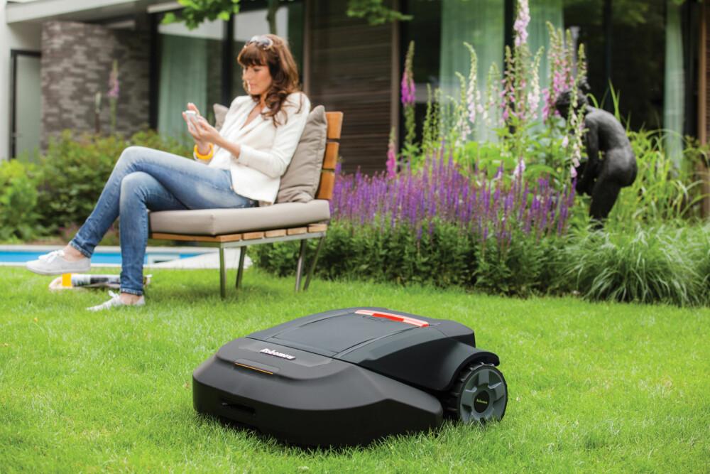 Stadig flere kjøper robotgressklippere, og mener de er en velsignelse for både plenen og helsa. Robomow klipper gresset mens du leker med barna.