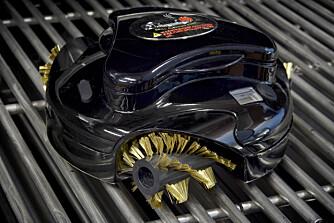 Roboten Grillbot sparer deg for jobben med å rense grillen etter bruk.