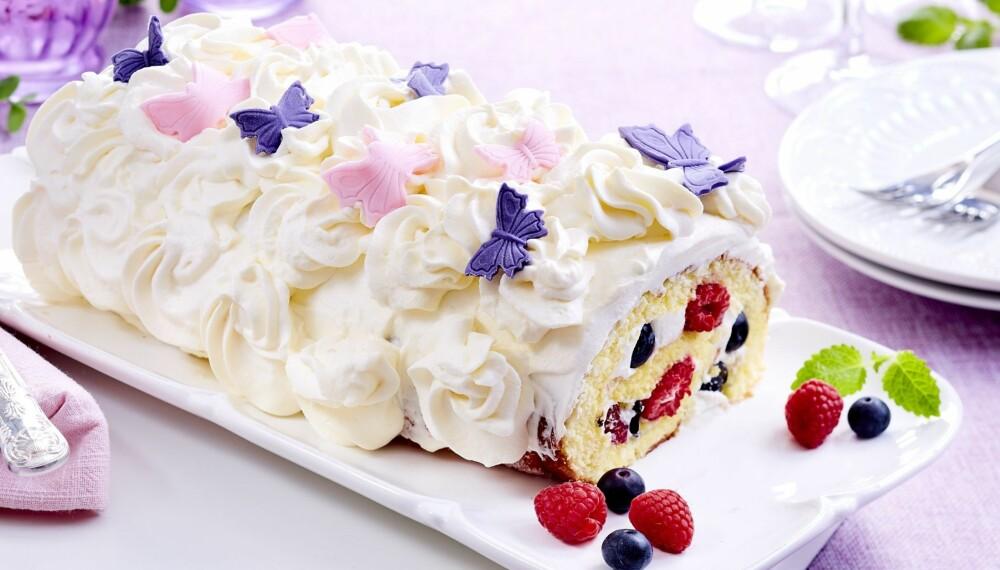 DEILIG RULLEKAKE: Med kremfyll, friske bær og søte sommerfugler av sukkerpasta, er dette en vinner på kakebordet!