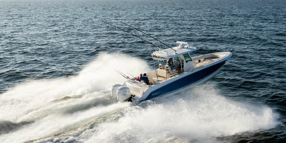 MOTOR: Båten leveres med dobbel motorisering fra 250 til 350 hester per motor.