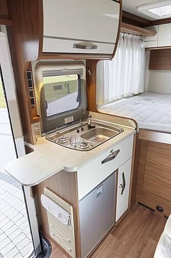 INNEKLEMT: Kjøkkenets plassering kan minne omen bybobil, og med senga tett på kan det fort bli matsøl på lakenet.