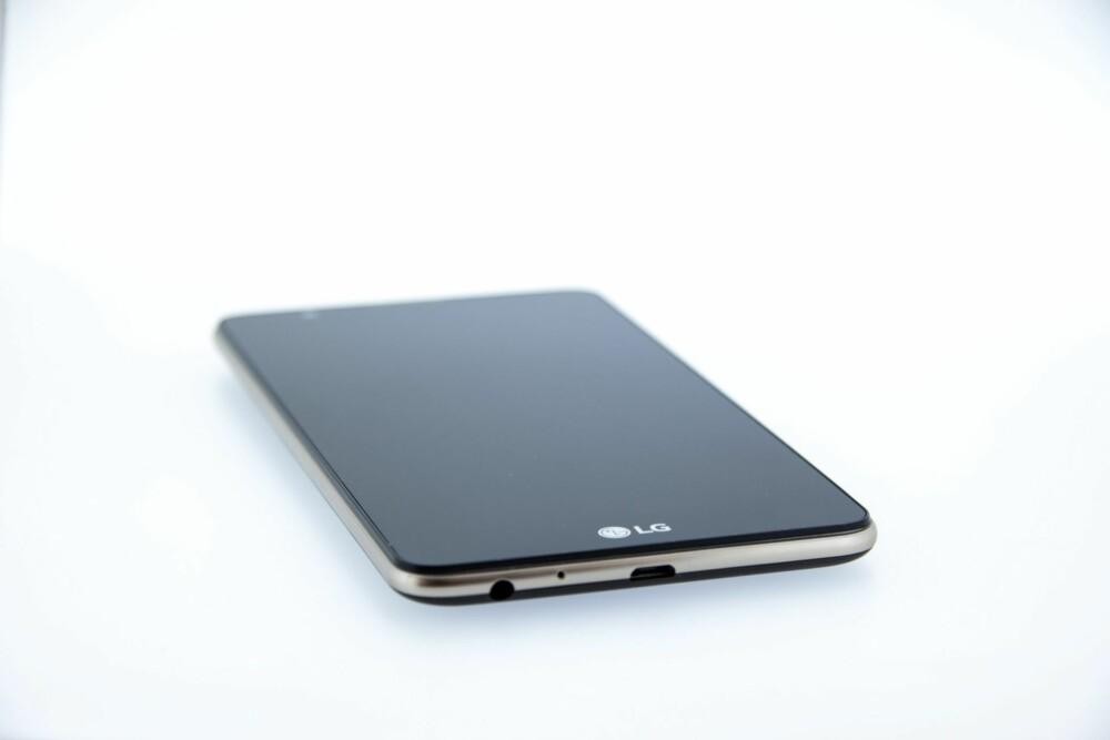 STOR: LG Stylus 2 er en stor mobil med 5,7 tommers skjerm, men det kompakte designet skjuler størrelsen  - og den er faktisk mindre enn iPhone 6s Plus som har en skjerm som er 0,2 tommer mindre.