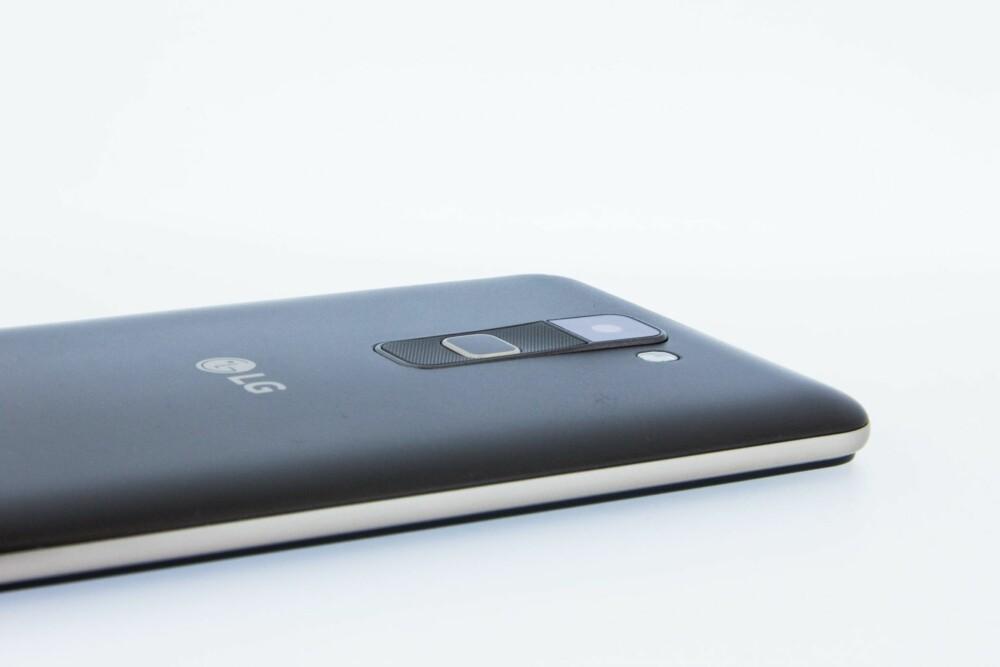 BAKSIDEN: Knappene på Stylus 2 er på baksiden av mobilen. Det er litt uvant i starten. Vi savner imidlertid en fingeravtrykksleser på denne mobilen.