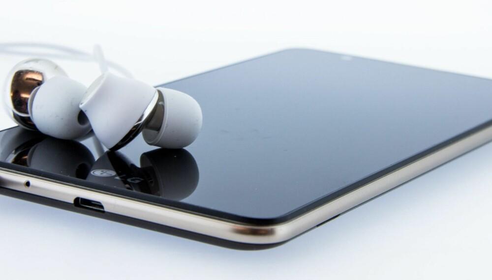 DAB-RADIO: Stylus 2 fra LG er den første mobilen i Norge med DAB+-mottager. Mobilen trenger et headset eller en ledning koblet til minijack-inngangen som kan fungere som en antenne.