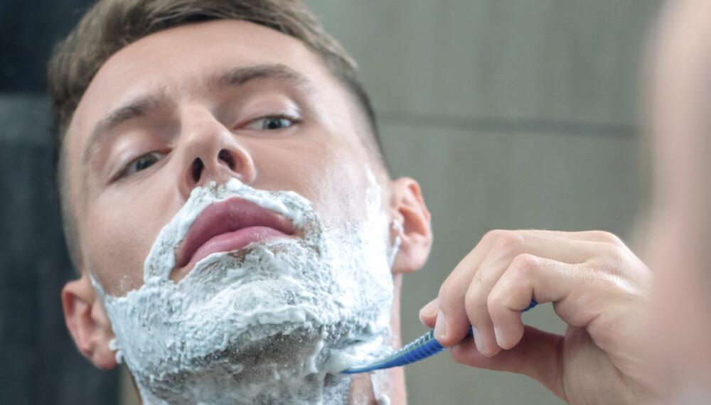 BARBERING: Å barbere seg er ikke bare enkelt. Gjør du det for eksempel uten barberingsskum eller krem og bare bruker vann, kan huden bli svært irritert. Du skal heller aldri barbere mot hårene.