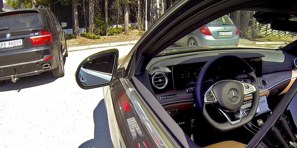 SOM SMURT: Etter å ha valgt ønsket parkeringsplass setter du girspaken i P (park) og tar med nøkkelen ut av bilen. Resten gjøres via Remote Parking-appen. Du kan velge om bilen skal kjøre eller rygge inn