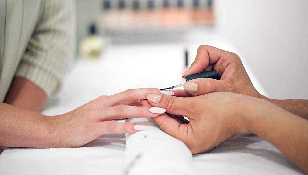 """SHELLAC: Neglelakk-formen krever en del arbeid, blant annet fordi neglene skal """"herdes"""" under en UV-lys/LED-lys-lampe etter påføring."""